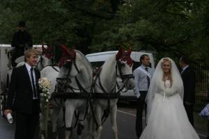 Карета и конный кортеж на свадьбу