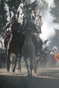 Лошади и всадники скачат в атаку