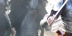 Лошади скачут через арку
