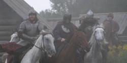 Несколько лошадей и актеры скачут