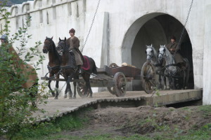Пара лошадей запряженных в пушку